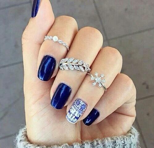 Głęboki Niebieski Kolor I świąteczny Akcent Na Zimowy Manicure