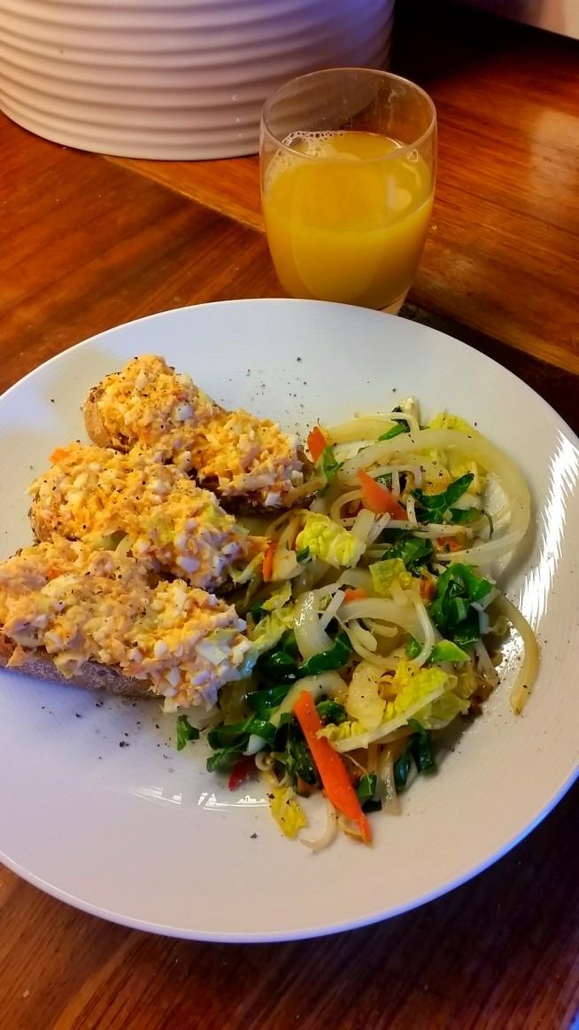 moja wersja lunchu na dzisiaj: warzywa stir fry oraz pasta z pieczonego pstrąga z jajkiem ;)