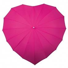 Różowa parasolka w kształcie serca.