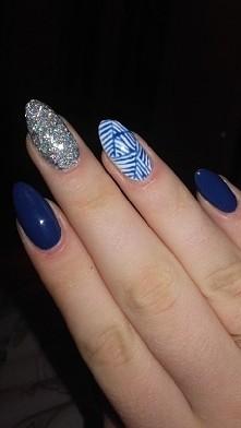 moja propozycja sylwestrowo-karnawałowych paznokci :) granatowe zdobienie nadają charakteru temu manicure :)