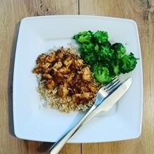 kurczak curry z brokulami na brazowym ryzu z sosem czosnkowym