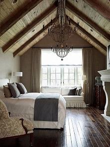Stonowana, bardzo przestronna sypialnia, z kominkiem i wysokim sufitem, z odk...