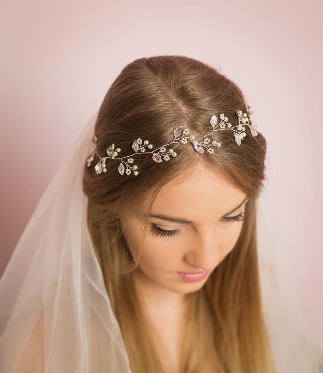 Romantyczny wianuszek ślubny z biżuteryjnymi akcentami. Do kupienia w sklepie internetowym Madame Allure.