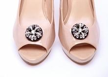 Klipsy do butów w stylu glamour, wykonane z koralików w kolorze srebrnym i srebrne przekładki z cyrkoniami.  Dostępne w butiku internetowym Madame Allure!