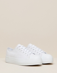 Białe tenisówki :D Do spódnicy jak i do spodni. Z: Pullandbear Marzenie *.*