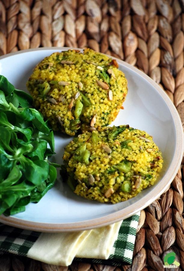 Kotlety z kaszy jaglanej i brokułów z piekarnika (kliknij po przepis)