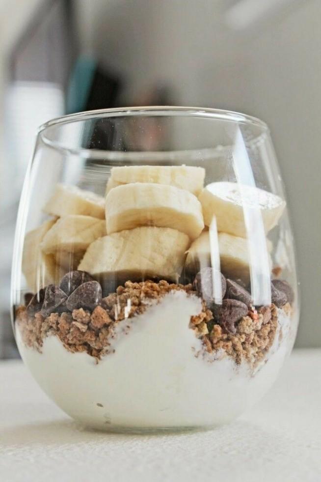 Jogurt grecki, pokruszone herbatniki, czrkoladowe kuleczki i banan :)