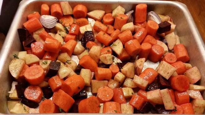 Roast vegetables Warzywa: ziemniaki, marchew, burak, pasternak, cebula posypane pieprzem, solą, cynamonem, tymiankiem, polane oliwą. Pieczone 30min przykryte folią w 240st a następnie kolejne 30min odkryte. Odkąd mieszkam w UK wraz z Brytyjską rodziną mam przyjemność poznać zupełnie nowe przepisy i smaki. Nigdy bym nie pomyślała żeby posypać warzywa cynamonem :/ przecież on do deserów jest - ale gwarantuje, że to bardzo dobrze smakuje. Polecam