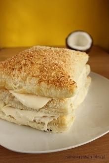 Włoski deser kokosowy   8 porcji:   450 g gotowego ciasta francuskiego,  jajko do posmarowania ciasta  130 g cukru,  83 g mąki ziemniaczanej,  80 g wiórków kokosowych,  40 g cuk...