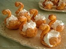 Ptysie - Łabędzie - Składniki: Ciasto: 4 jajka 100 g masła/ margaryny szklanka mąki pszennej szklanka wody szczypta soli  Ptysie - Łabędzie - Przepis - Słodka Strona Krem: 2 duż...
