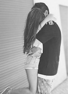 √Patrzenie na siebie i odwrocenie wzroku w inną stronę podczas gdy każde z nas coś do siebie czuje ... | Albo to moje urojenia że coś do mnie czujesz |