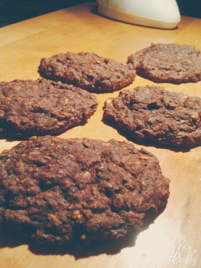 Zdrowe łatwe ciasteczka bananowe :)  Składniki: -4 mocno dojrzałe banany -1/2 szkl. mąki żytniej typu 720 -1/2 szkl. mąki razowej pszennej typu 1850 -1 szkl. po równo płatków owsianych, otrębów żytnich i gryczanych -2 łyżeczki kakao -1 łyżeczka cynamonu -kilka łyżek jogurtu naturalnego  Rozgnieść banany, połączyć wszystkie składniki ze sobą, piec ok. 20-25 min. w temp. 180 stopni.  SMACZNEGO :)