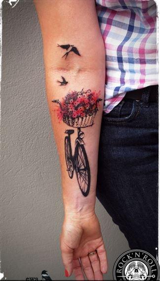Delikatny tattoo, rower, kwiaty