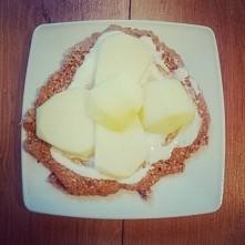 cynamonowy  naleśnik owsiany z jogurtem naturalnym i jabłkiem