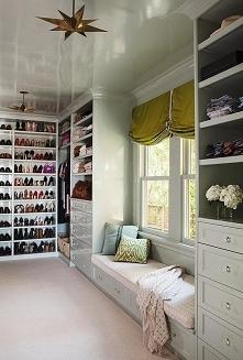 Garderoba a w nim urządzone window seat - zobacz jak zaaranżować garderobę w ...