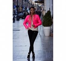 Różowa kurtka damska.