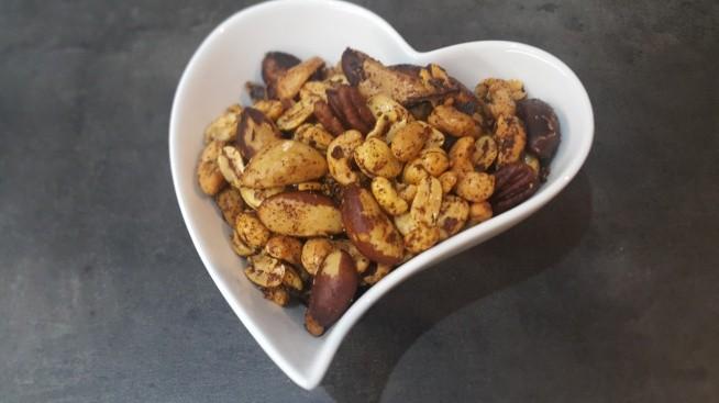 Mix orzechowy z przyprawą cajun 4 filiżanki surowych orzechów i ziaren (ziemne, włoskie,pekan,brazylijskie,pistacje,nerkowce,miga być pestki dyni i słonecznika); 2 łyżki oleju kokosowego;1-2 łyżki przyprawy cajun;1/2 łyżeczki soli. Przyprawa Cajun: 2 łyżki mielonej papryki,1 łyżka granulowanego czosnku,1 łyżka cebuli w proszku,2 łyżeczki mielonego czarnego pieprzu,1 i 1/2 łyżeczki mielonego czerwonego pieprzu, 1 łyżeczka suszonego oregano,1 łyżeczka suszonego tymianku,1/2 łyżeczki soli morskiej.