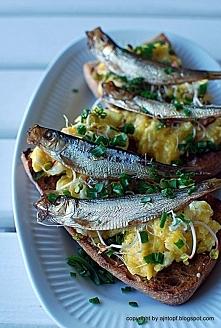 jajecznica z sardynkami na chlebie
