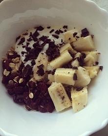 fit propozycja na śniadanie ;)  płatki owsiane + jogurt naturalny + suszona ż...