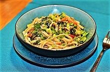 makaron z imbirem i warzywami w sosie sojowym.