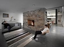 podłoga i kamienna ściana