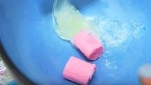 Wzięła kolorowe gumy do żucia i wazelinę. Umieściła wszystko w mikrofali, aby stworzyć coś fantastycznego! WIECEJ PO KLIKNIECIU W OBRAZEK.