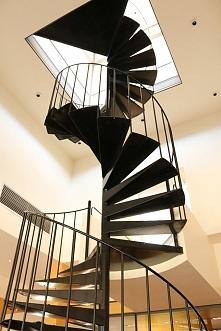 Kręte, inspirujące schody. Nie pasują raczej do wszystkich wnętrz domów, ale mają swój wyjątkowy charakter.