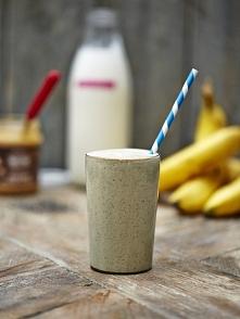 1 banan 150g jogurtu naturalnego 100ml mleka 1 łyzki masła orzechowego 1 łyżk...