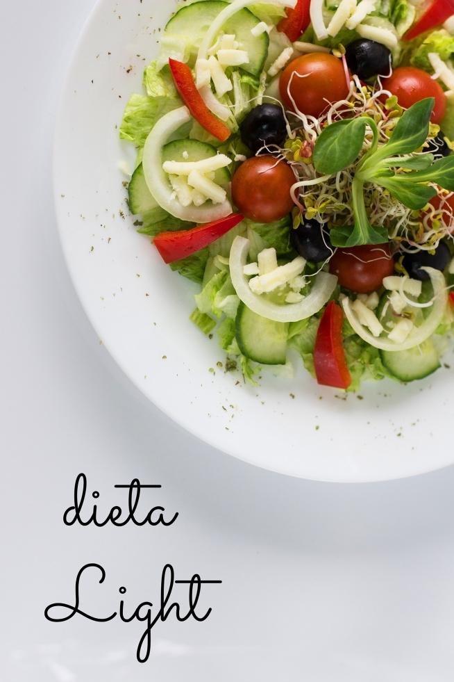 Dieta Light jest modyfikacją diety Standard, przeznaczoną głównie dla diabetyków, sportowców oraz osób, którym zależy na restrykcyjnej diecie. W tej diecie całkowicie wykluczyliśmy cukier biały i ograniczyliśmy desery. W zamian za to na drugie śniadania i podwieczorki częściej pojawiają się świeże warzywa, zupy kremy oraz koktajle warzywno-owocowe o działaniu oczyszczającym i detoksykującym.  Zwiększyliśmy również w diecie ilość ryb oraz zdrowych tłuszczy pochodzących z orzechów, nasion i oliwy z oliwek. W diecie Light znajdziesz również również duże ilości warzyw w postaci surówek i sałatek.   Dieta Light to wykluczenie ziemniaków, produktów z oczyszczonych zbóż (mąka pszenna zwykła, biały makaron, biały ryż, kasza manna, kasza kuskus), owoców marynowanych, konfitur i dżemów.  Restrykcyjne podejście do diety jest również widoczne w znacznym ograniczeniu ilości pieczywa (na śniadania częściej owsianki, jaglanki, płatki pełnoziarniste żytnie) oraz niektórych produktów nabiałowych (np. ser żółty, sery pleśniowe).  W diecie Light węglowodany w drugiej połowie dnia są ograniczone, kolacje zawierają natomiast zwiększoną ilość białka, pobudzającego metabolizm.