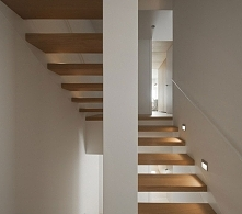Biel ścian zestawiona z naturalnym, jasnym drewnem zawsze wygląda efektownie ...
