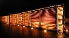 Niesamowita stodoła wieczorową pora. Bardzo efektownie podświetlona i rozświe...