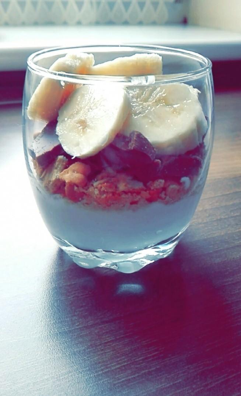 Polecam :)  Jogurt grecki, pokruszone herbatniki, kawałki czekolady oraz banany. :)