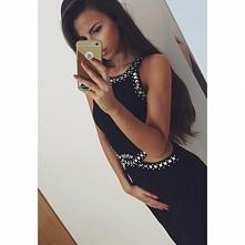 Czarna sukienka z szyfonu na podszewce  Ozdobne kryształki na dekolcie i w pasie  Oryginalne, seksowne wycięcia w talii.  Zapinana na metalowy, srebrny zamek