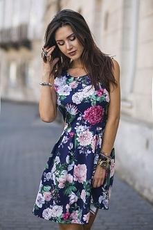 Granatowa sukienka w pastelowe kwiatki