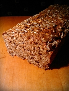 Łatwy zdrowy chlebek    SKŁADNIKI: - 400 g. mąki żytniej razowej typu 2000 - w 400 g. po równo płatków błyskawicznych jęczmiennych, owsianych oraz otrębów żytnich - 1 woreczek o...