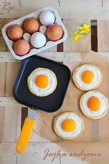Składniki (na ok. 13-15 ciastek):  Kruche ciasto: 170g mąki pszennej 100g masła 50g cukru pudru 1 całe jajko (M) ½ łyżeczki cukru wanilinowego 1 kropla olejku migdałowego Szczyp...