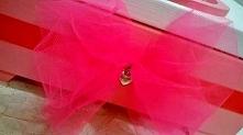 Kuferek dla dziewczynki z okazji urodzin z mega dużym kotkiem. Kuferek w kropki, różowy z tiulową kokardą. ORYGINALNY Prezent.