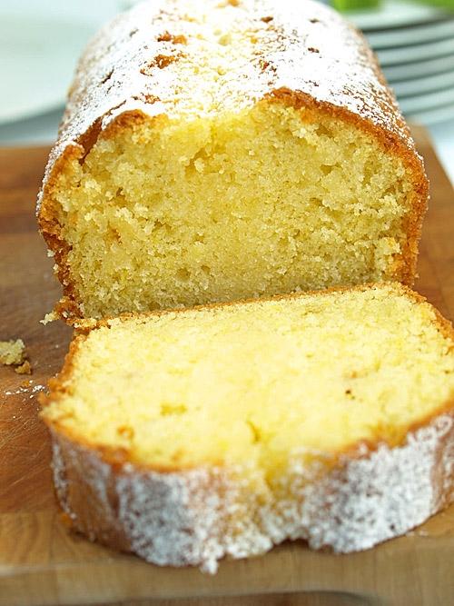 Babka waniliowo-ctrynowa Skąłdniki: 20 dag miękkiego masła 2 szklanki mąki 1 szklanka cukru 3 jajka 2 łyżeczki proszku do pieczenia 1/3 szklanki mleka 2 łyżki ekstraktu waniliowego szczypta soli 2 cytryny do przygotowania syropu: 6 łyżek cukru do formy: tłuszcz do spryskiwania lub masło tarta bułka do wysypania cukier puder do posypania Przepis: Piekarnik rozgrzej do 180 stopni. Formę spryskaj tłuszczem lub wysmaruj masłem i wysyp tartą bułką, wytrząśnij jej nadmiar. Cytryny wyszoruj dokładnie pod gorącą wodą, wysusz, zetrzyj skórkę na drobnej tarce, starając się, by nie ścierać białej warstwy. Skórkę odłóż na bok, z cytryn wyciśnij sok i go zachowaj. Mąkę przesiej i wymieszaj z proszkiem do pieczenia. Masło utrzyj z cukrem na jednolitą masę. Dodaj jajka, mleko, mąkę z proszkiem do pieczenia, ekstrakt waniliowy, sól oraz skórkę cytrynową. Dokładnie wymieszaj, by nie było żadnych grudek. Masę przelej do formy i wstaw do piekarnika na 45-50 minut - ciasto będzie upieczone, kiedy włożony do niego patyczek będzie suchy. Upieczone ciasto wyjmij z piekarnika i odstaw na 10 minut. Delikatnie wyjmij z formy. Do rondelka wlej sok cytrynowy, dodaj 6 łyżek cukru, wymieszaj i doprowadź do wrzenia. Gotuj na średnim ogniu cały czas mieszając przez 4-5 minut. W ciepłym cieście zrób patyczkiem kilkanaście dziurek o głębokości 3/4 ciasta. Łyżką nasącz je gorącym syropem. Odstaw do całkowitego wystygnięcia. Posyp cukrem pudrem.