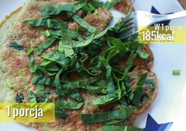 Pyszne i pożywne śniadanie. Omlet z avocado, boczkiem i szpinakiem to szybki przepis na omlet w nieco innym wydaniu.