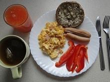 Syte niedzielne śniadanko - jajecznica z 2 jajek z chudą szynką i cebulką, 2 ...