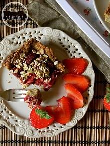 Owsiane ciasto z truskawkami Składniki na ok. 8 porcji (foremka 16 x 25 cm): 330 g płatków owsianych 2 jajka 100 g jogurtu naturalnego 20 g miodu 20 g oleju kokosowego 400 g tru...
