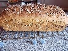Bez wyrabiania, wystarczy dobrze wymieszać. Chlebek pełnoziarnisty z żurawiną.