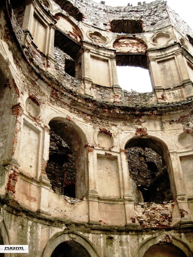 Zamek Krzyżtopór w Ujeździe - zapraszam na nowy wpis na blogu Pani Dyrektor. Piękne, monumentalne ruiny i kawał niesamowitej architektury. Zamek Krzyżtopór w miejscowości Ujazd jedynie kilkanaście lat po zakończeniu budowy funkcjonował w pełni. Obecnie posiada status trwałej ruiny, nie będzie przeprowadzana jego rekonstrukcja ani odbudowa, która naruszyłaby oryginalną, pierwotną tkankę budynku i zakłamałaby jego odbiór.