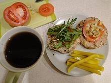 Śniadanie ( z kiedyś tam): pieczywo ciemne z ziarnami, pasztecik (samoróbka), pomidor, cebulka, rukola i ogórki w zalewie słodko - octowej z curry...