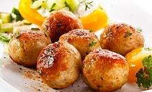 Kotlety mielone Magdy Gessler 1 kg mięsa mielonego wieprzowo-wołowego 2 cebule 2 jajka 1 kajzerka 50 g masła sól i pieprz (do smaku) mleko do namoczenia bułki bułka tarta do obt...