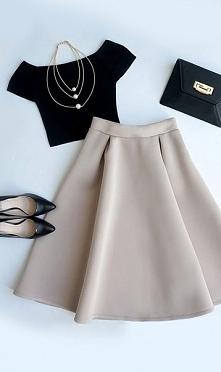 Piękna rozkloszowana spódnica z czarnym topem. Wygodne czarne szpilki I kopertówka w tym samym kolorze. Romantycznie i elegancko