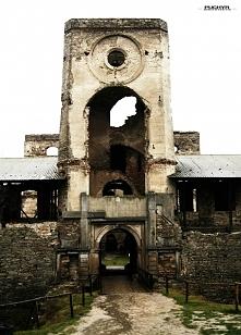 Brama wjazdowa zamku Krzyżtopór w Ujeździe. Widzimy przy niej dwa symbole zam...