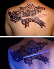 Poszła do tatuażysty, aby zrobić sobie oryginalny tatuaż. Gdy zgasły światła na jej ciele pojawiło się coś fantastycznego! WIĘCEJ PO KLIKNIĘCIU W OBRAZEK.