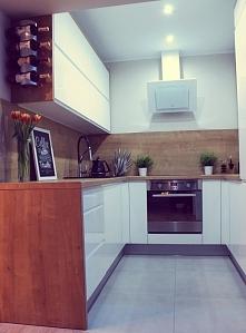 Biała kuchnia ocieplona drewnem