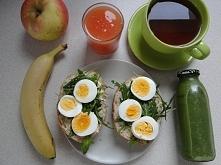 Bułka grahamnka z jajkiem i rukolą + tradycyjnie sok wyciskany z cytrusów ;) oraz II śniadanko do pracy: smoothie i owoce :)